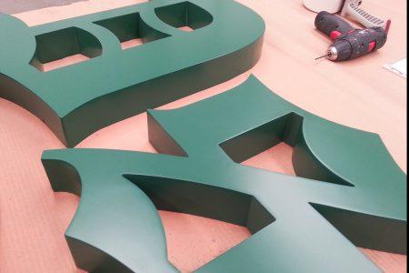letreros en relieve